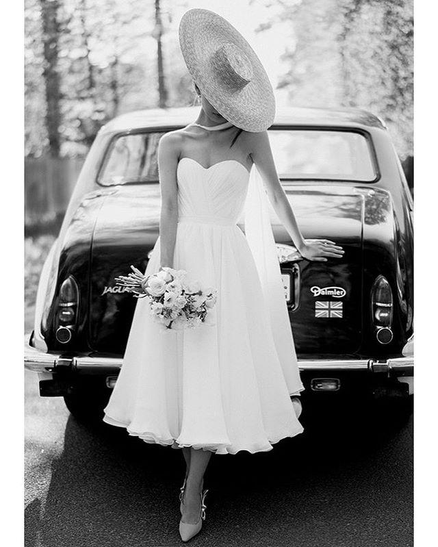 История про стиль и утончённость, грацию и вдохновение! Свадебное платья для прекрасной Кати❤️ Катерина обратилась к нам с идеей создать платье в стиле Грейс Келли, иконы стиля 60-х.  Платье А-силуэта чайной длины из шёлкового шифона на потайном корсете. Многослойная юбка придаёт образу особый шарм.  Лиф украшен драпировкой. Завершением образа является асимметричный кейп • Организация @now_family_  Фотограф @antonovakseniya  MUaH, образ @anna_vereta  Цветы и декор @luzhaika_decor Видеосъёмка @married.people  Платье @weddingatelier_spb  Локация @skandinaviacountryclub