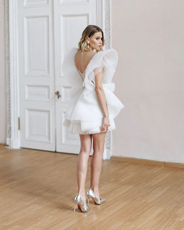 Тенденции свадебных нарядов 2019-2020 года - минимализм с нотами demi-couture🖤 Формы стремятся к скульптурности и легкости.  Драпировки, складки, фактура ткани необычной текстуры с элементами ручной вышивки вытесняют стандартные объемные фатиновые юбки. ▫️Платье «Raffaello» - наш новый взгляд на современный свадебный образ ▫️Платье ждёт свою обладательницу. Размер 42-44. ▫️Эксклюзив! Наряд создан в единственном экземпляре и повтора больше не будет. Но, возможно создание с изменением длины, форм крылышек и прочих деталей ▫️Мы не хотим штамповать копии. В каждое произведение мы вкладываем частичку своего сердца, чтобы любая невеста чувствовала себя неповторимой и уникальной в самый важный момент своей жизни 😇 ▫️Полная фотосессия по ссылке 👉🏻 https://weddywood.ru/butterfly-stilizovannaja-fotosessija/ ▫️Заказы принимаем минимум за 2 мес до события. Информация о ценах в Highlights в отделе «Информация» Встречи по предварительной записи +7-981-977-40-61 #WeddingDress_WA #рекомендации_WA