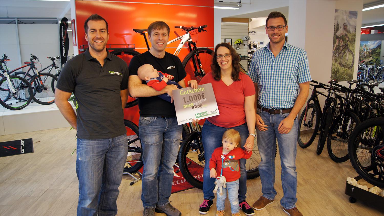 Ging an die Familie Eibach: unser 1000 €-Gutschein. Von links nach rechts: Bockshop-Inhaber Torben Gross, Familie Eibach und MANN STROM Mitarbeiter Marco Lenz.