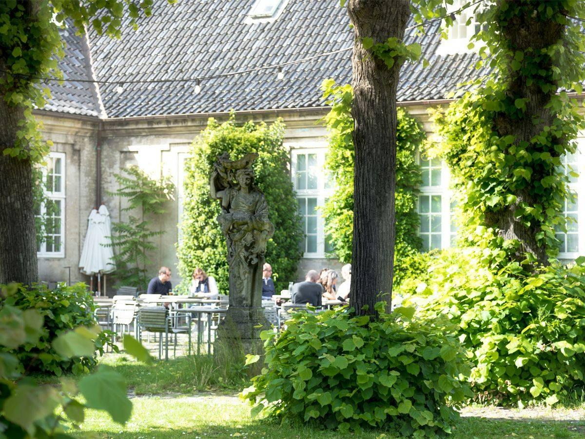 Gårdhaven - Gårdhaven på Klint er en skjult perle, og vi er ikke bange for at kalde den Københavns bedste udeservering. Det er en lille oase, hvor man kan nyde sin frokost eller friskristede kaffe i ro og mag omgivet af bøgetræer og fuglekvidder. Café og gårdhave kan også bookes til arrangementer. Læs mere om det her.