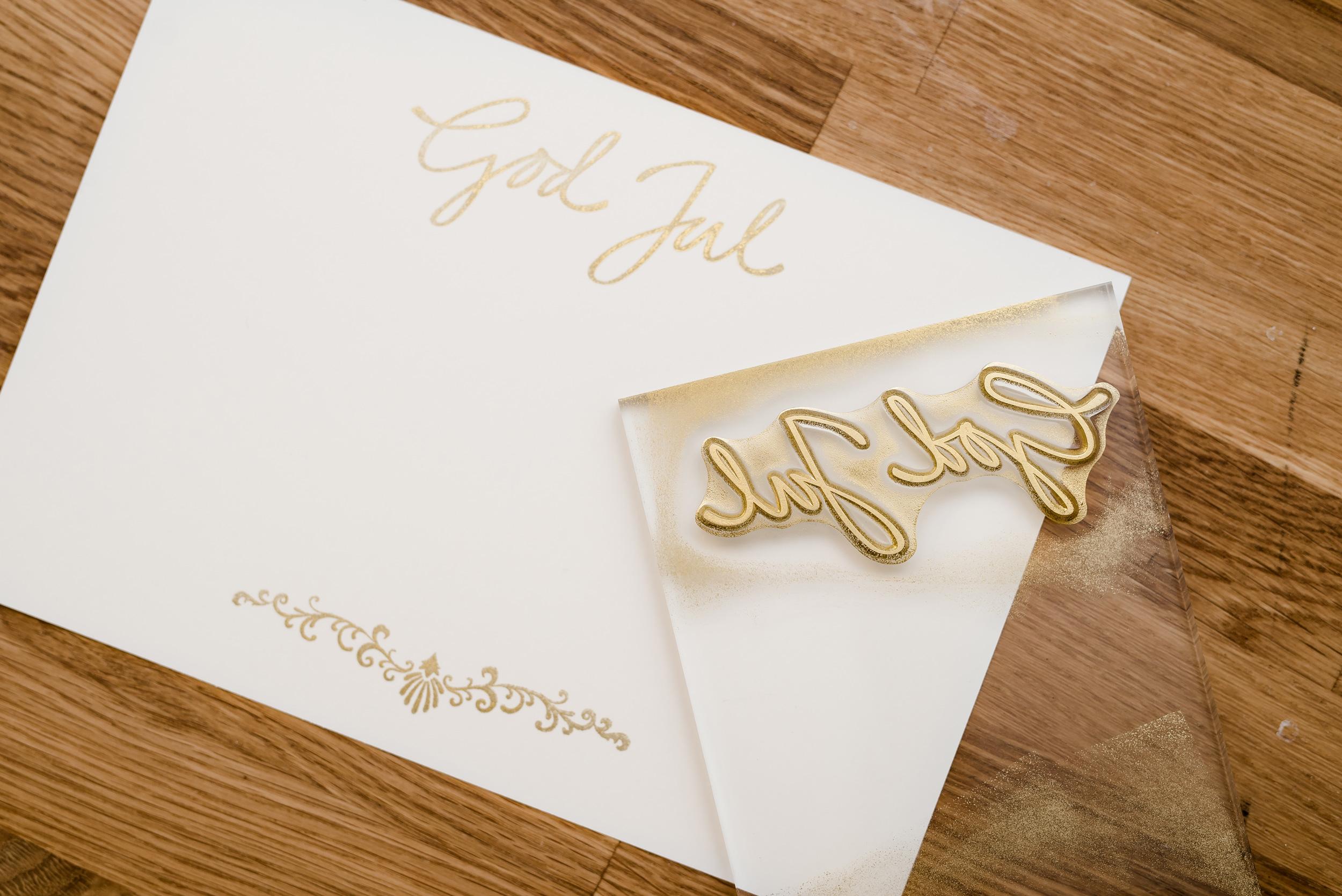 Jag gjorde julkorten på beiget tjockt papper. Stämplarna och den fina guldfärgen är från Panduro.