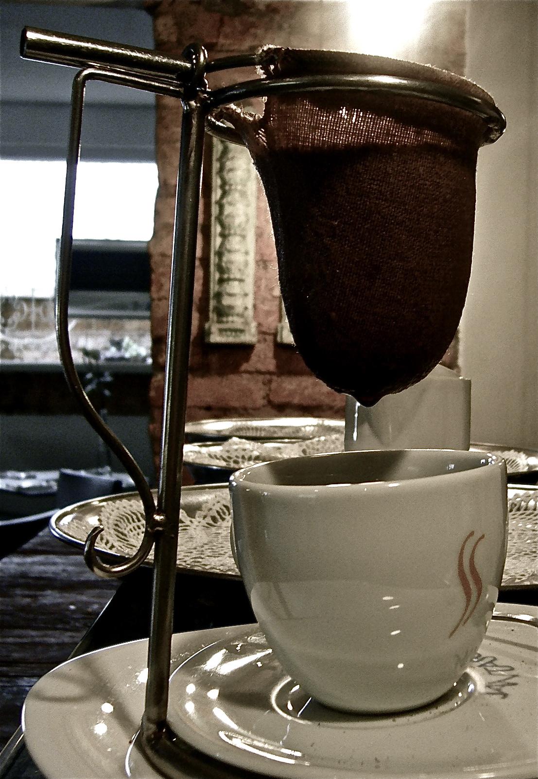 Cafezinho em clássica extração com coador de pano.