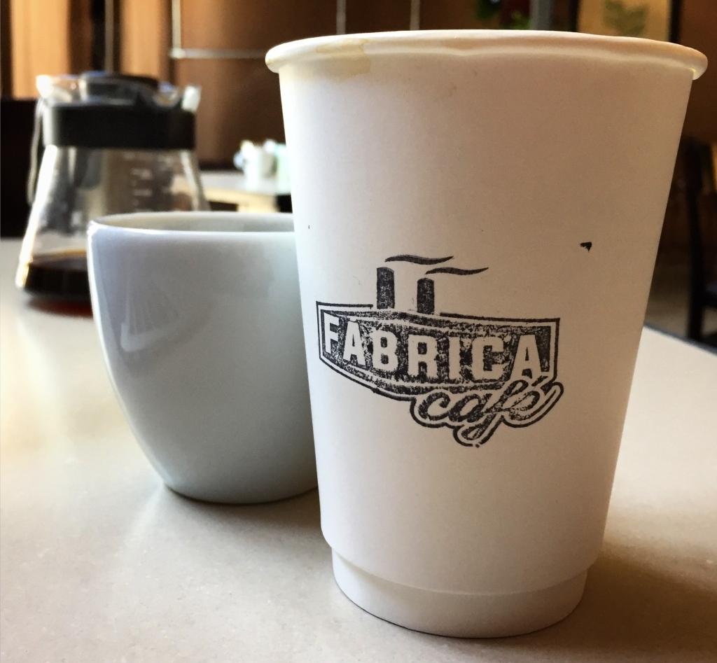 """Copo """"to go"""" da Fábrica Café, de Maceió, AL."""