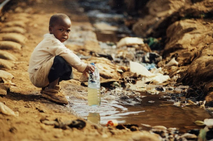 Child collecting dirty drinking water. Source: Make Fresh Water
