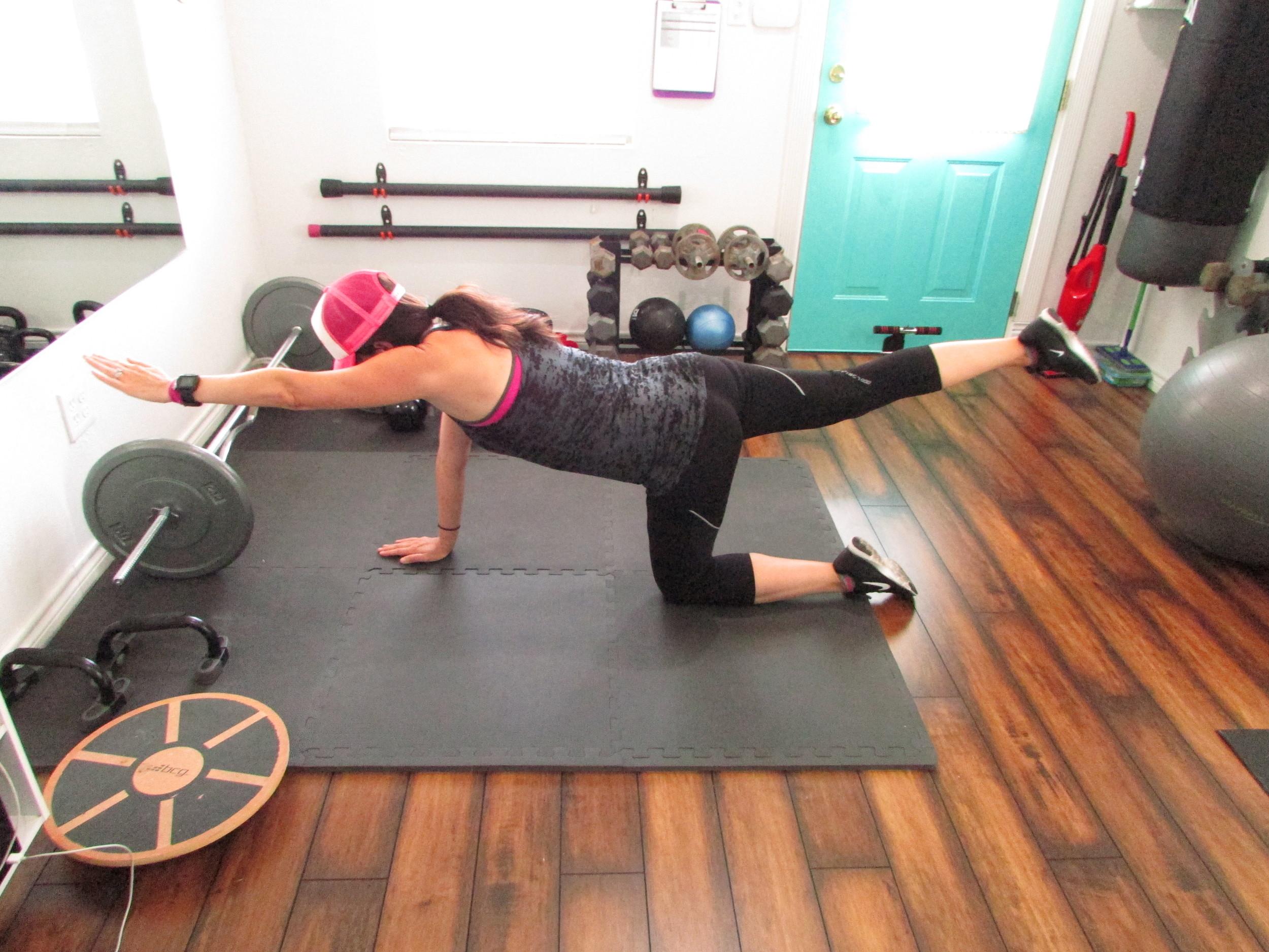 Lea Genders Fitness Bird dog core exercise