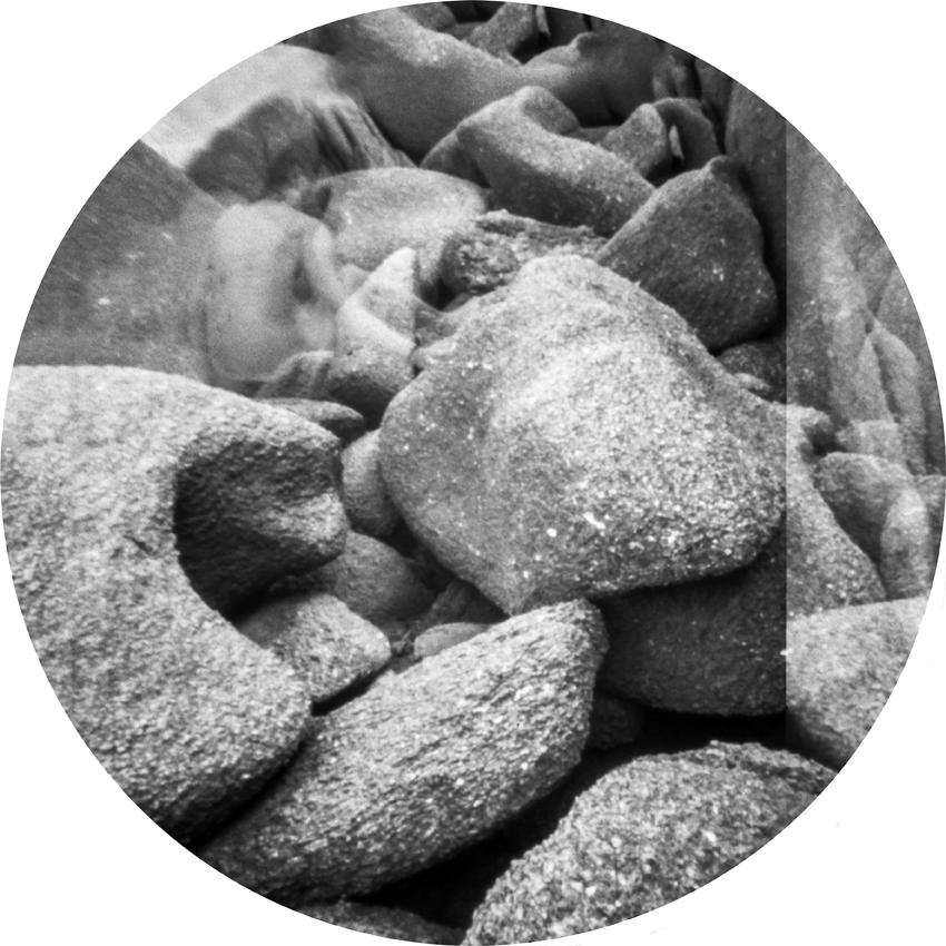 Tramite l'esposizione lunga che variava da 30 secondi a 30 minuti, queste immagini non fissano l'unico momento decisivo ma un processo come un flusso di coscienza narrativa - ma non lineare, più associativa. Le fotografie che secondo le nostre abitudine sono viste come depositario della realtà lo sono sempre anche in questo caso (perché l'unica astrazione è l'uso del bianco e nero), ma raggiungono una sfera di irreale o addiritura surreale. La mancanza dell'immediato le rende effimere, sottili, morbide e oniriche apparizione fuggitive, materiali e immateriali allo stesso tempo.