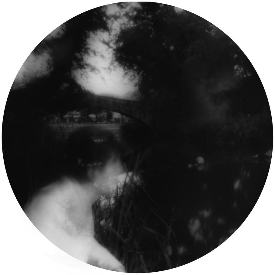 Dato che sono autoritratti in lunga esposizione mi interessa l'idea dello sdoppiamento, non solo nel doppioruolo davanti e dietro la macchina fotografica, ma anche dentro l'immagine, come figure spettrali, sosia o revenant.