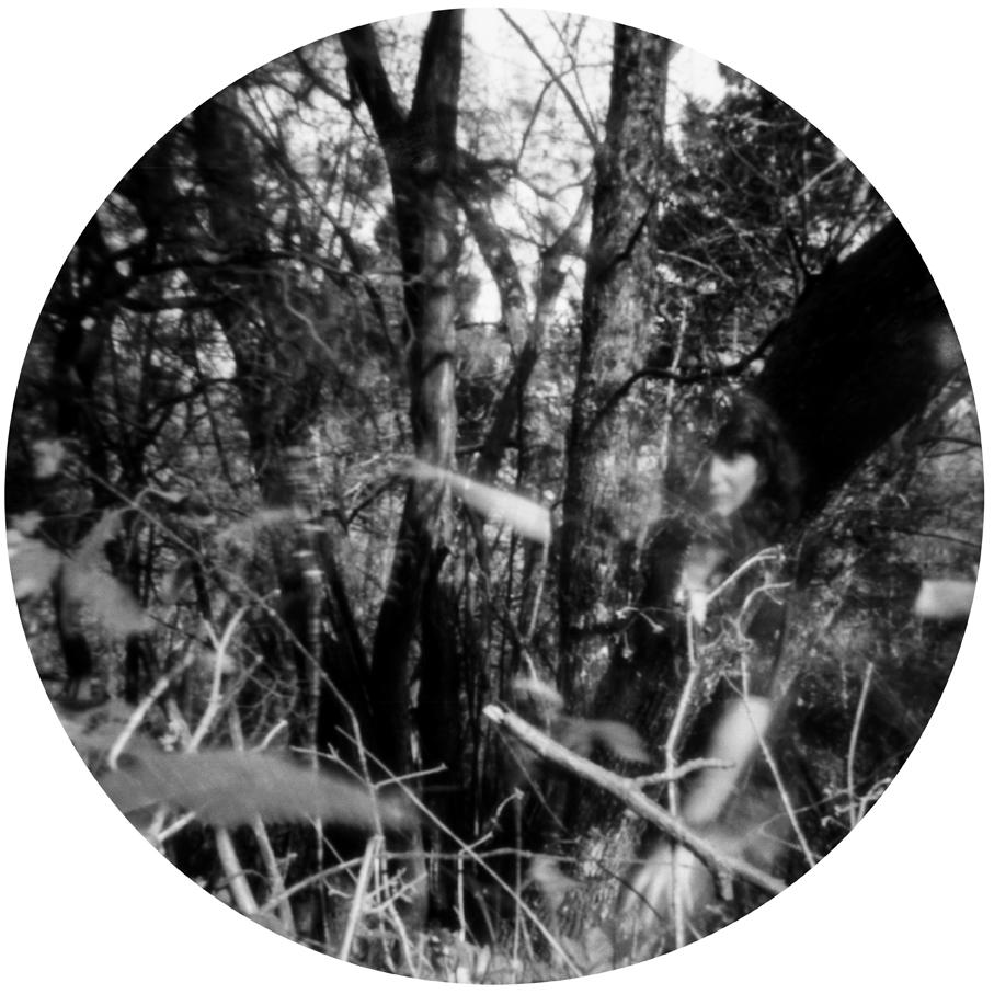 Affidarsi a un semplice buchino in una scatola nera e aspettare davanti alla lente per apparire, rimanendo ferma e tesa dentro il brusio e il silenzio del mondo, sospesa in tempo e spazio, è stata una esperienza nuova, più intima e quasi magica della fotografia. Appaio come un alone lattico, l'opposto di una foto segnaletica col suo eccesso di informazioni dettagliate, ma col passare dei minuti in posa trasmetto altre informazione meno palesi.