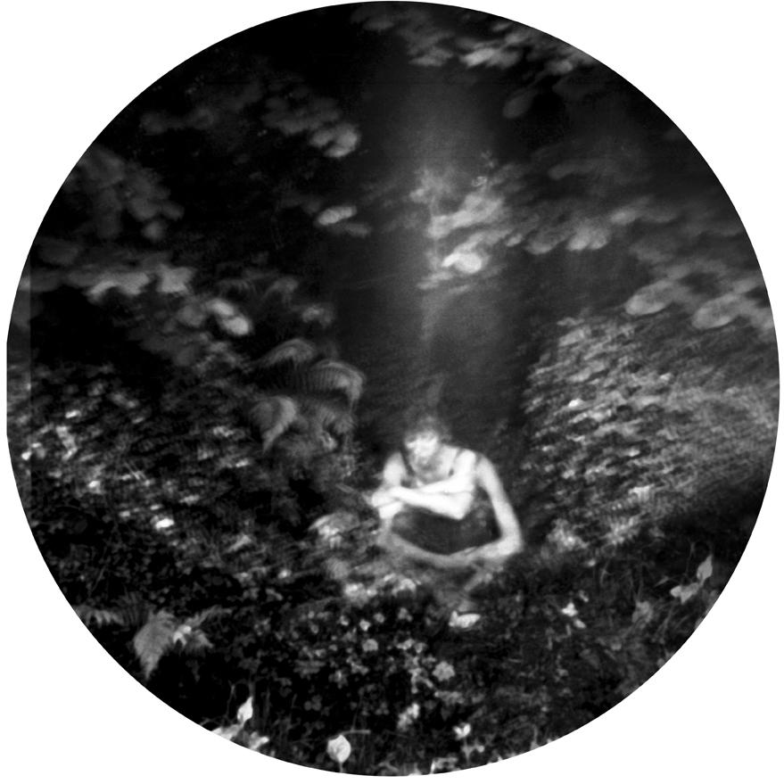 """Nella filosofia romantica e dopo nella psicoanalisi, adottato anche nel surrealismo, l'autoritratto e lo sdoppiamento dell'artista sono molto presenti. Non è visto soltanto come un atto narcisista o l'affrontare della morte, ma come ricerca di una identità spesso in una scissione interna spaventosa: un alter ego nemico, un inquilino nero, una perturbante estraneità del fantasma nello specchio come lo descrive Hoffmann, la Droste-Hülshoff o come li dipinge Schiele, anche se con la psicoanalisi l'inconscio diventa """"ufficialmente"""" parte integrale dell'Io. In queste foto sono rappresentata io, ma non necessariamente sempre come persona o alla ricerca della mia identità, ma talvolta più come personaggi, come luogotenente di una o diverse figure che dirigo dentro l'immagine."""