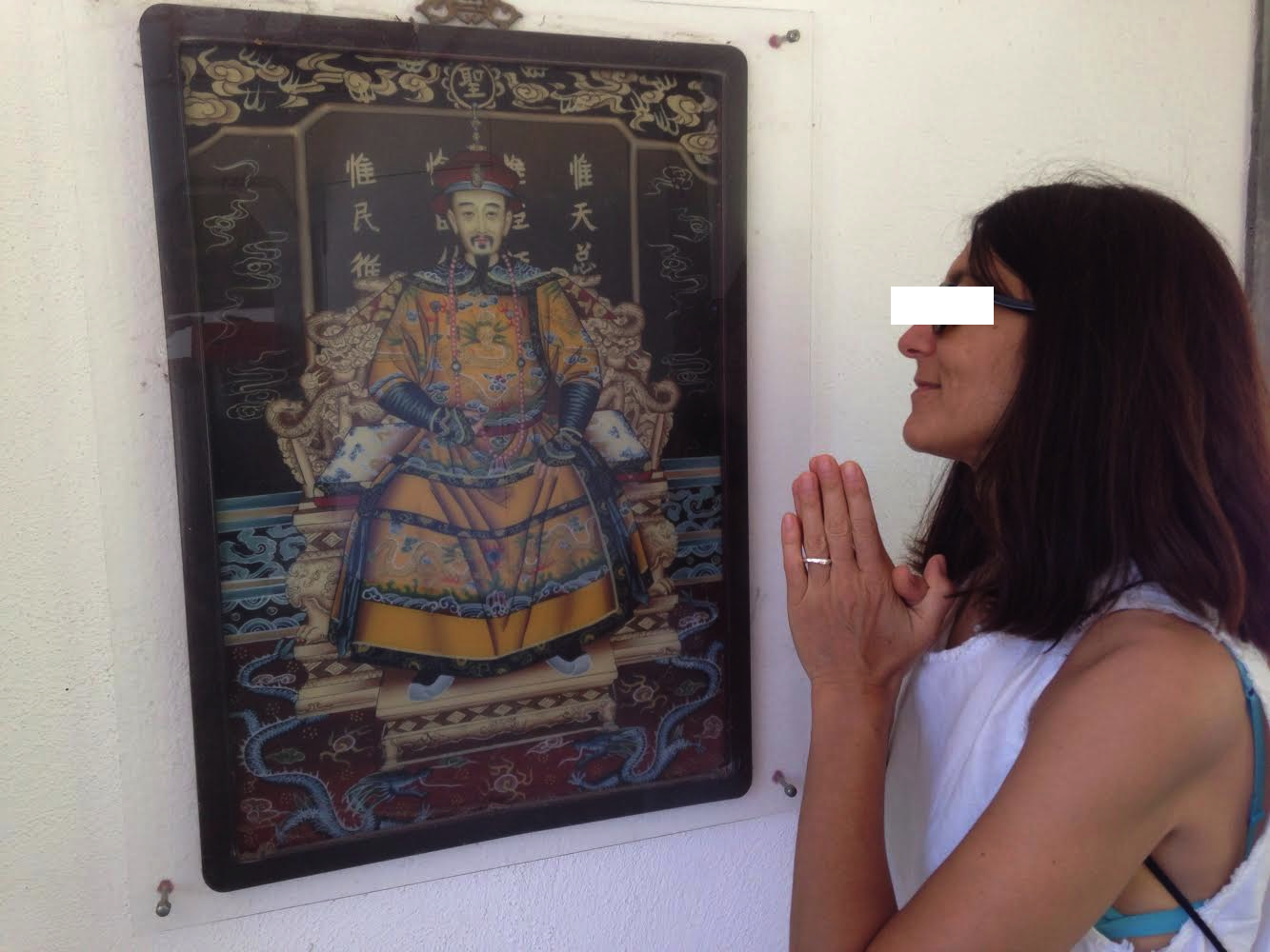An honored guest pays homage to Emperor Ming.