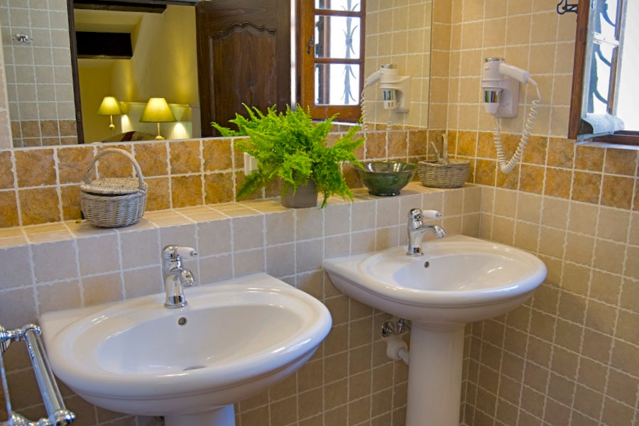 Modern restrooms Bastide Avellanne | EAT.PRAY.MOVE Yoga Retreats | Provence, France