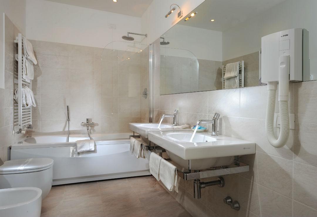 Luxury bathrooms Palazzo Vitturi | EAT.PRAY.MOVE Yoga | Venice, Italy