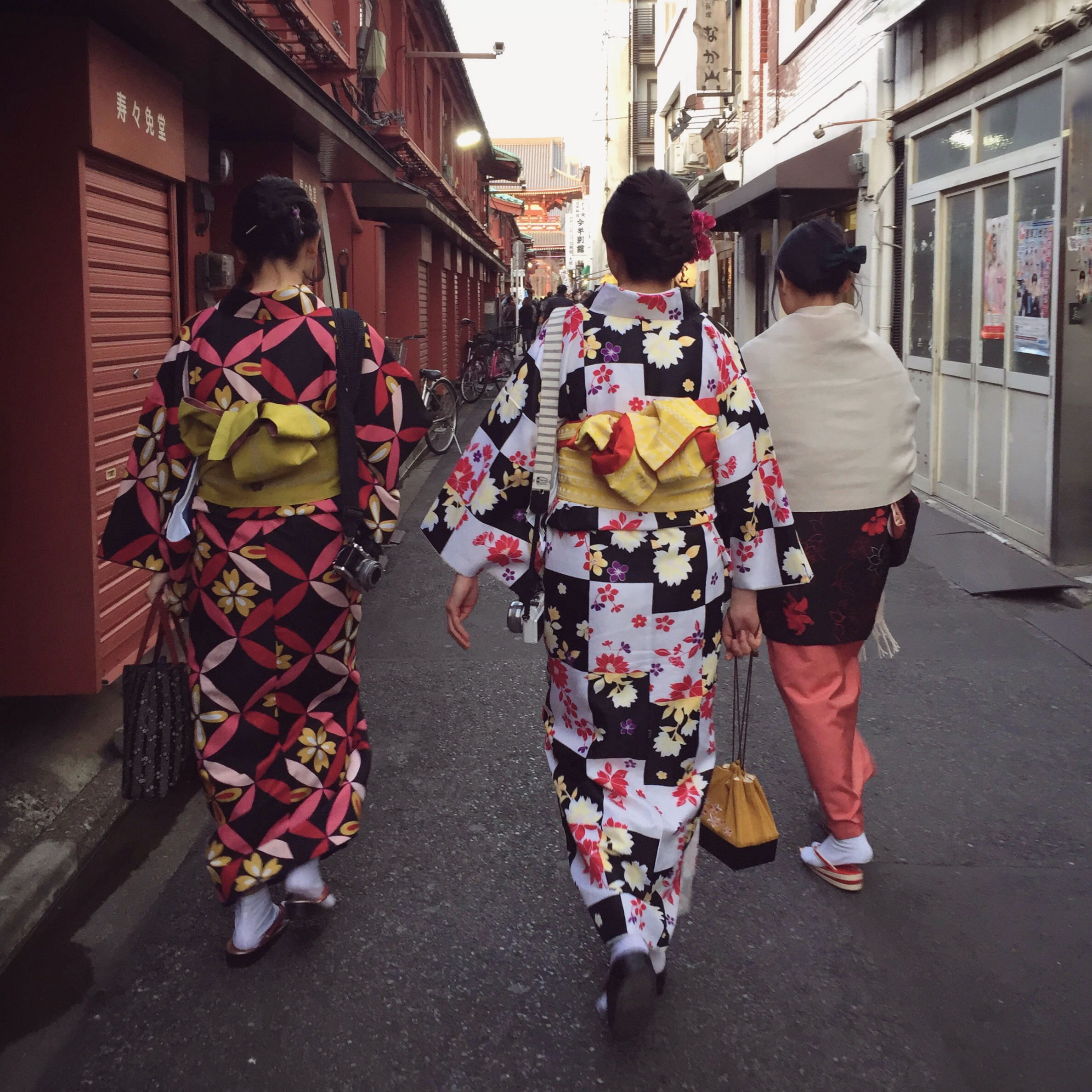 Geisha in the Gion district  | EAT.PRAY.MOVE Yoga | Kyoto, Japan