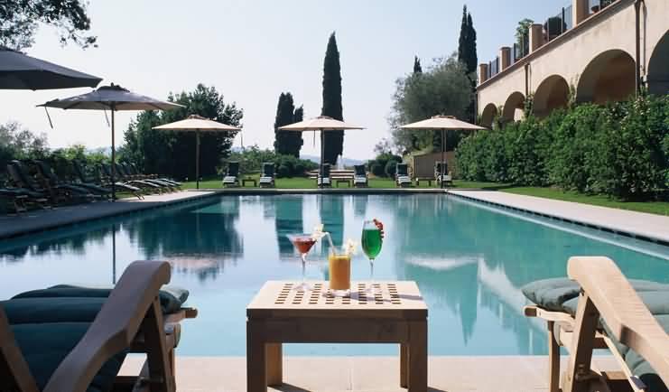 Drinks by the pool Castello del Nero | EAT.PRAY.MOVE Yoga | Chianti, Italy