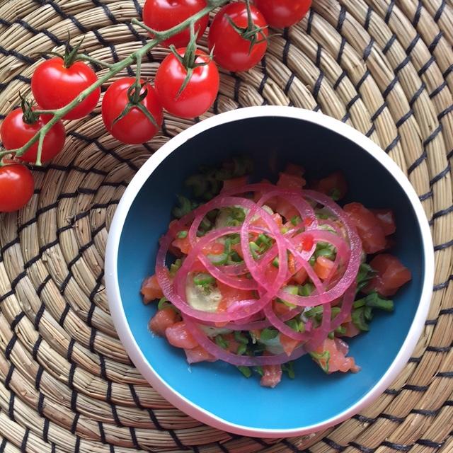 Hibiscus Dinners fingermat: avocado krem, syltet løk, røkt laks og habanero chili