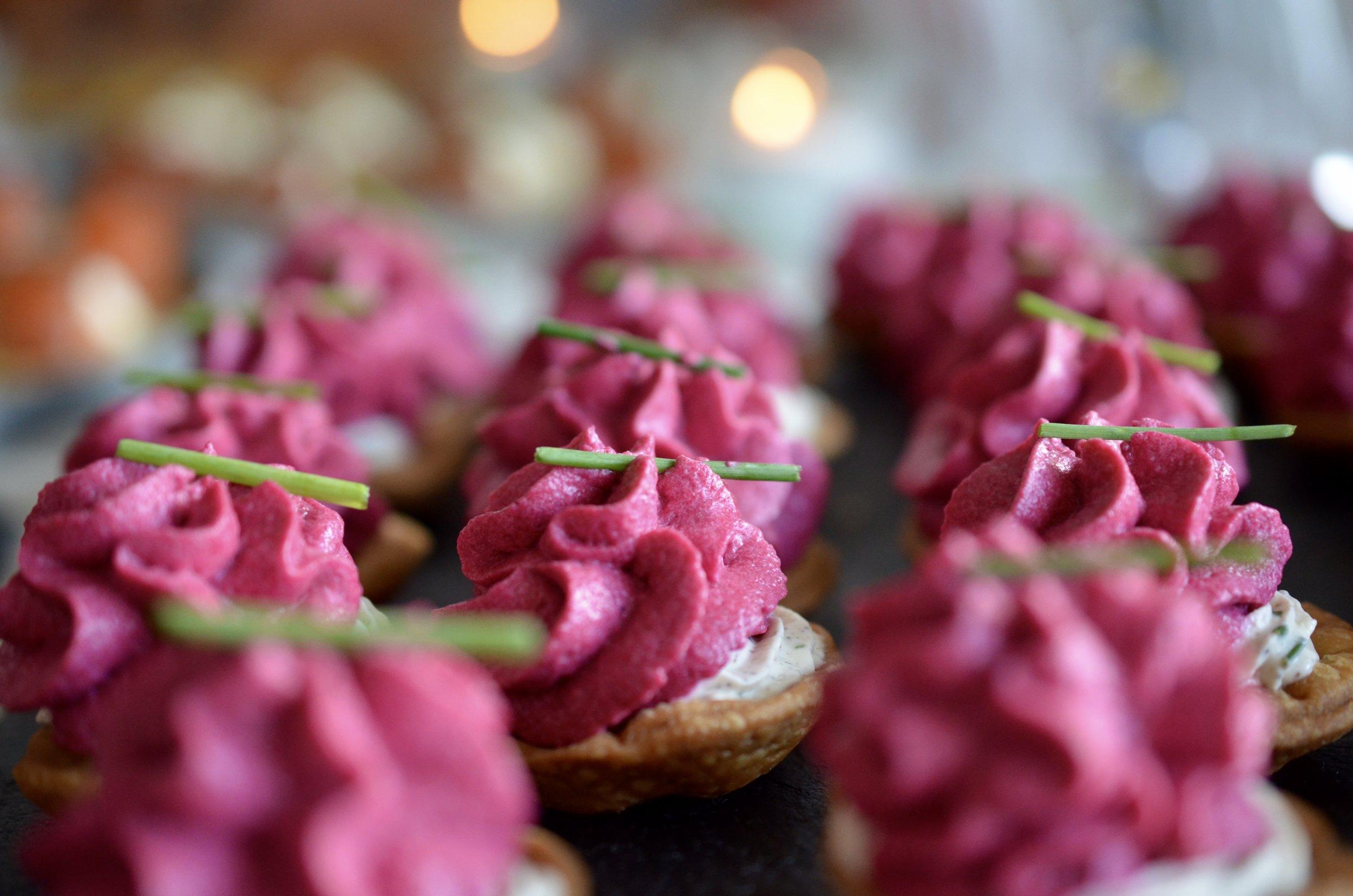Hibiscus Dinners fingermat: mini terter med rødbetter og geit ost topping