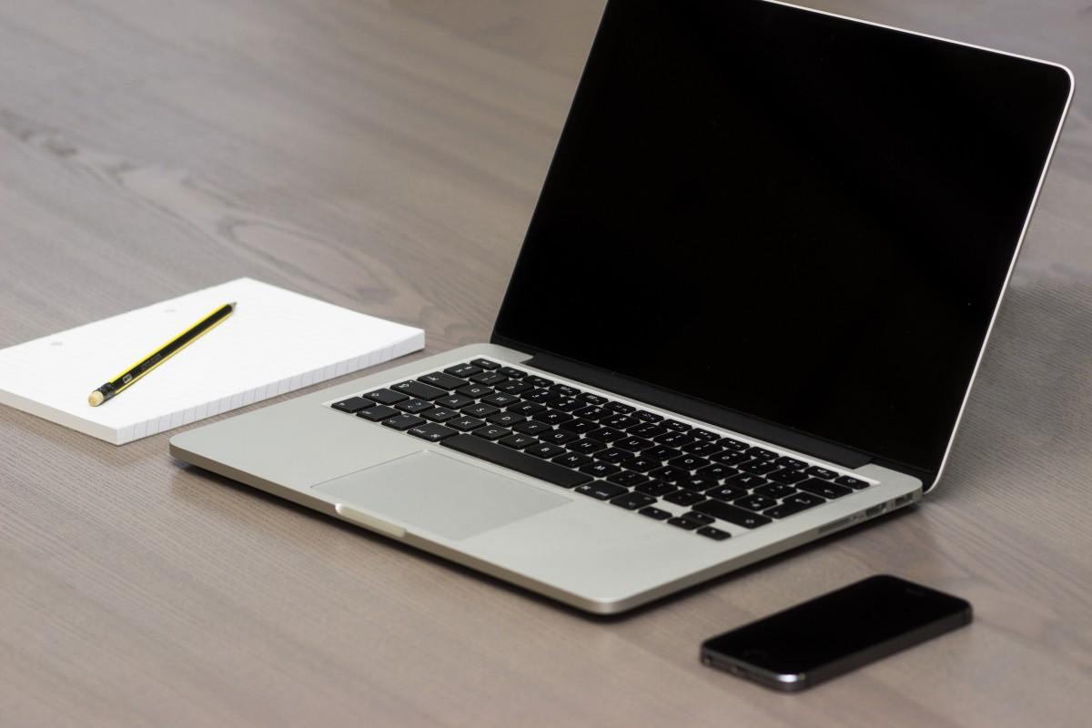 apple_smartphone_desk_laptop_macbook_pro_notebook_office_technology-641575.jpg!d.jpg
