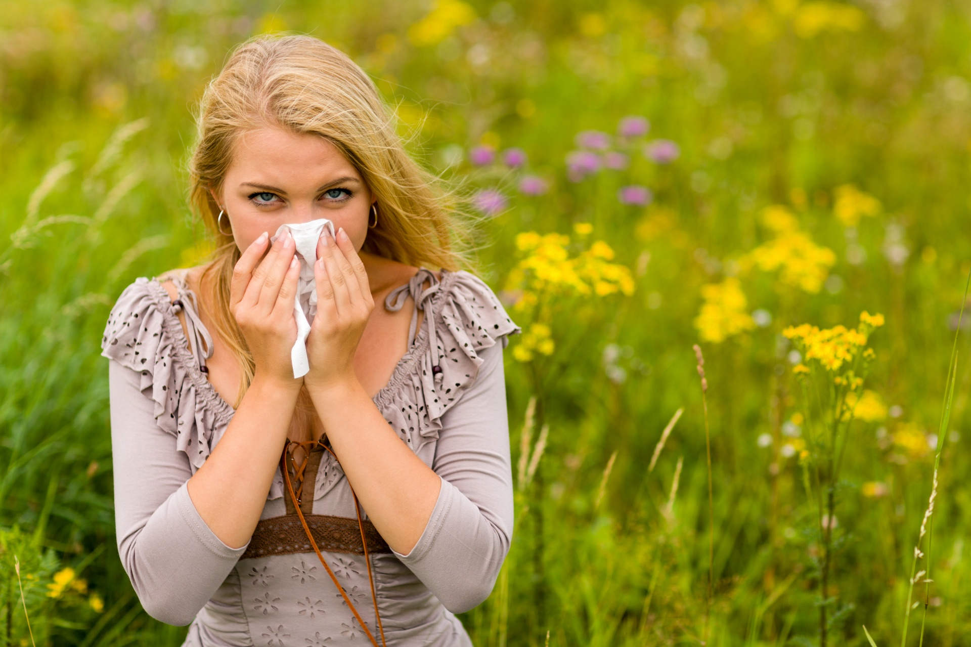 woman-with-a-hay-fever-1523533118Q18.jpg