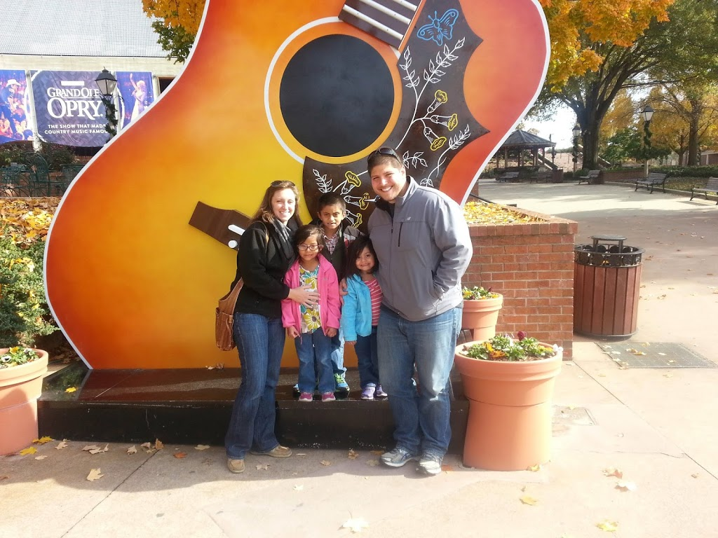 Trip to Nashville to see Abuelito Ariel. Stopped by the Orpy to see the giant guitar and walk around the mall.