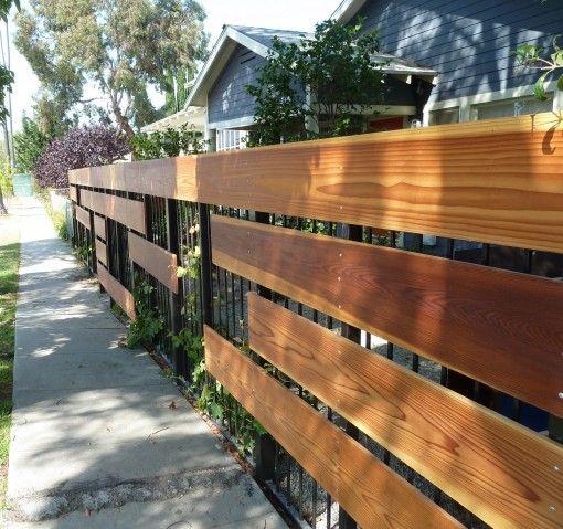 железный и деревянный забор