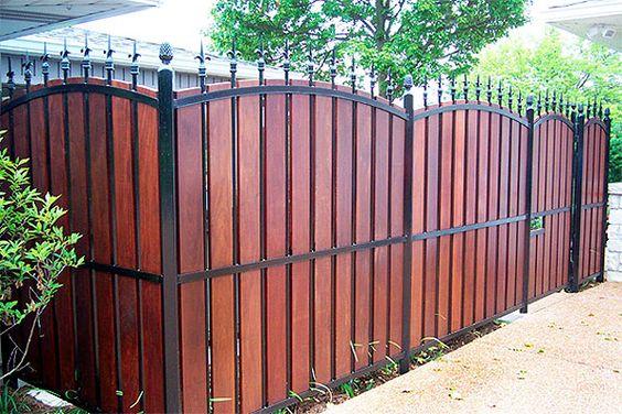 деревянный и черный железный забор