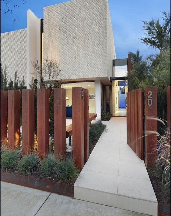 вертикальный деревянный забор