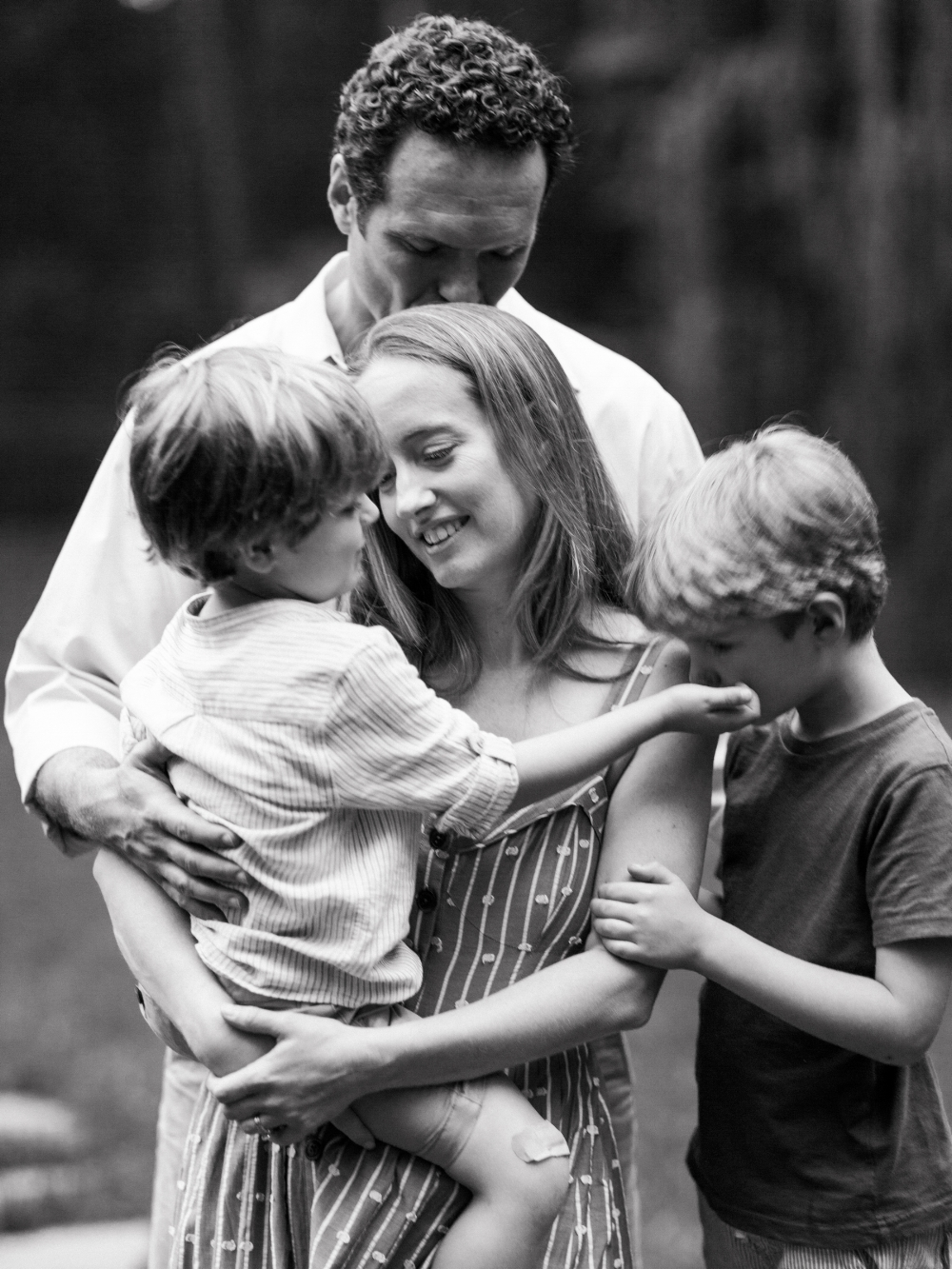 a candid moment of parents and children captured on film by photographer anna laero at a pittsburgh family session