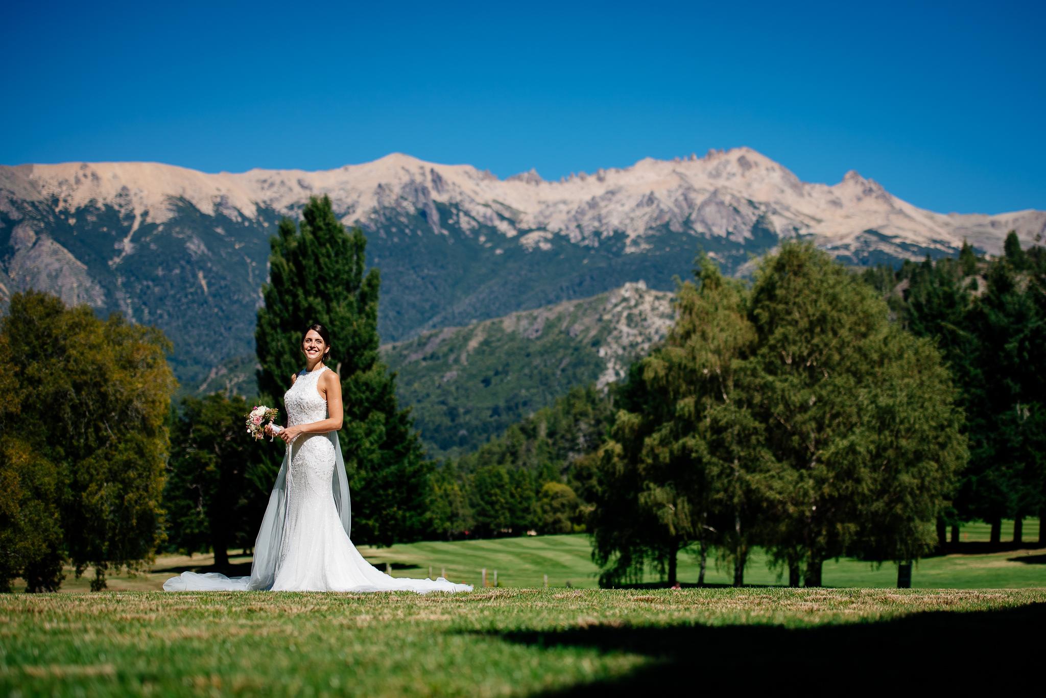 boda-bariloche-maxi-oviedo-fotografo-ramo-vestido-de-novia-21.jpg