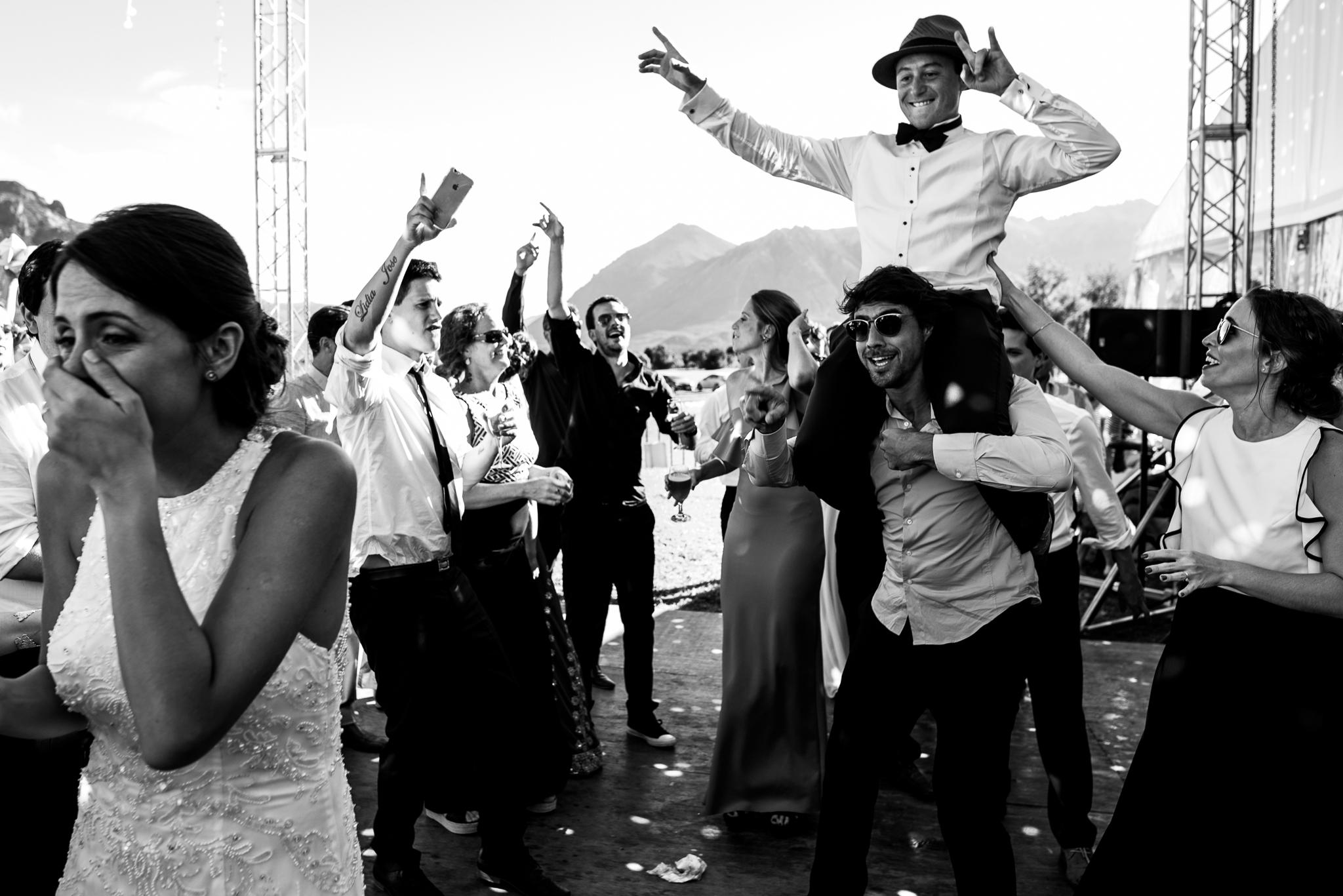 boda-bariloche-maxi-oviedo-fotografo-ramo-vestido-de-novia-57.jpg