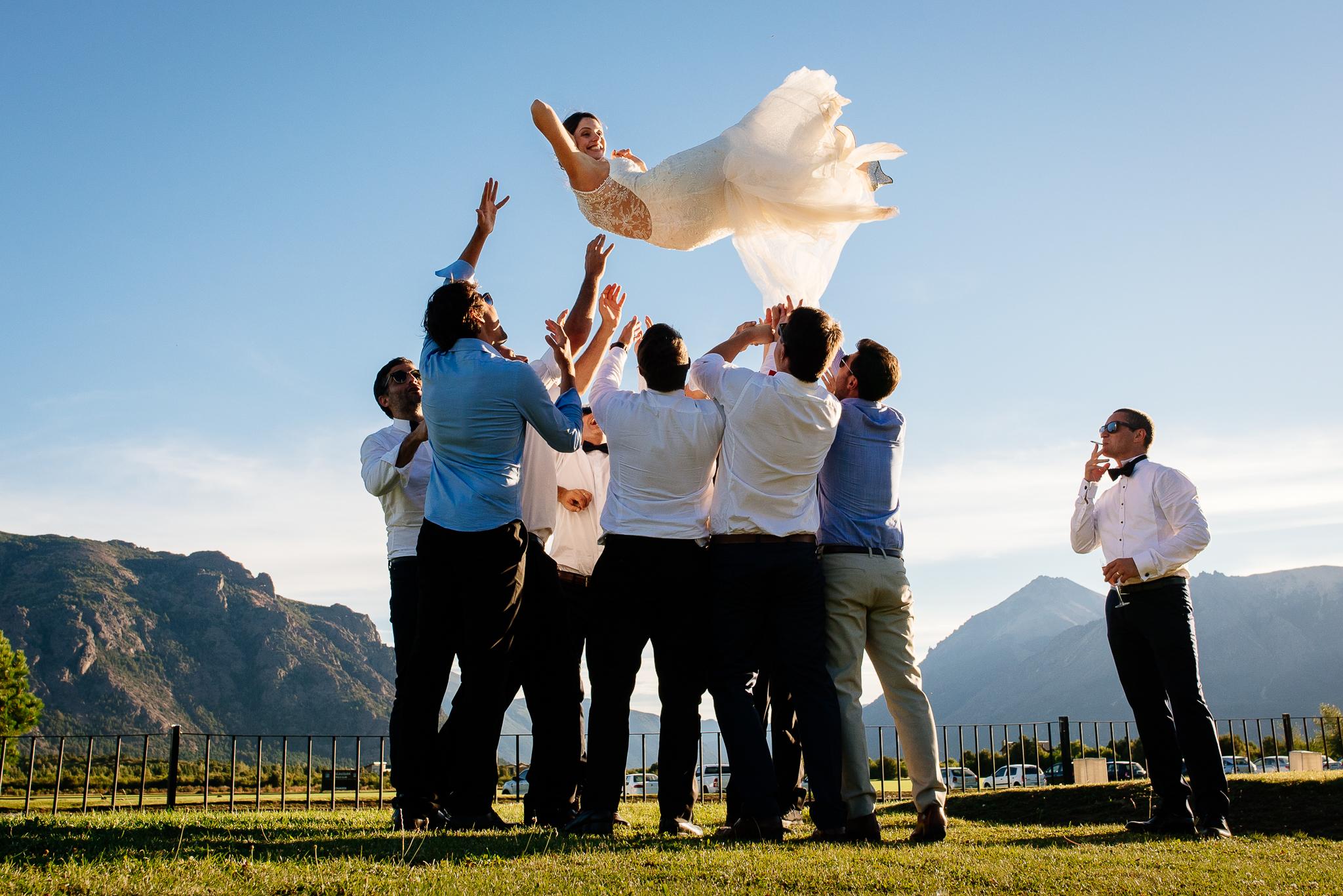 boda-bariloche-maxi-oviedo-fotografo-ramo-vestido-de-novia-64.jpg