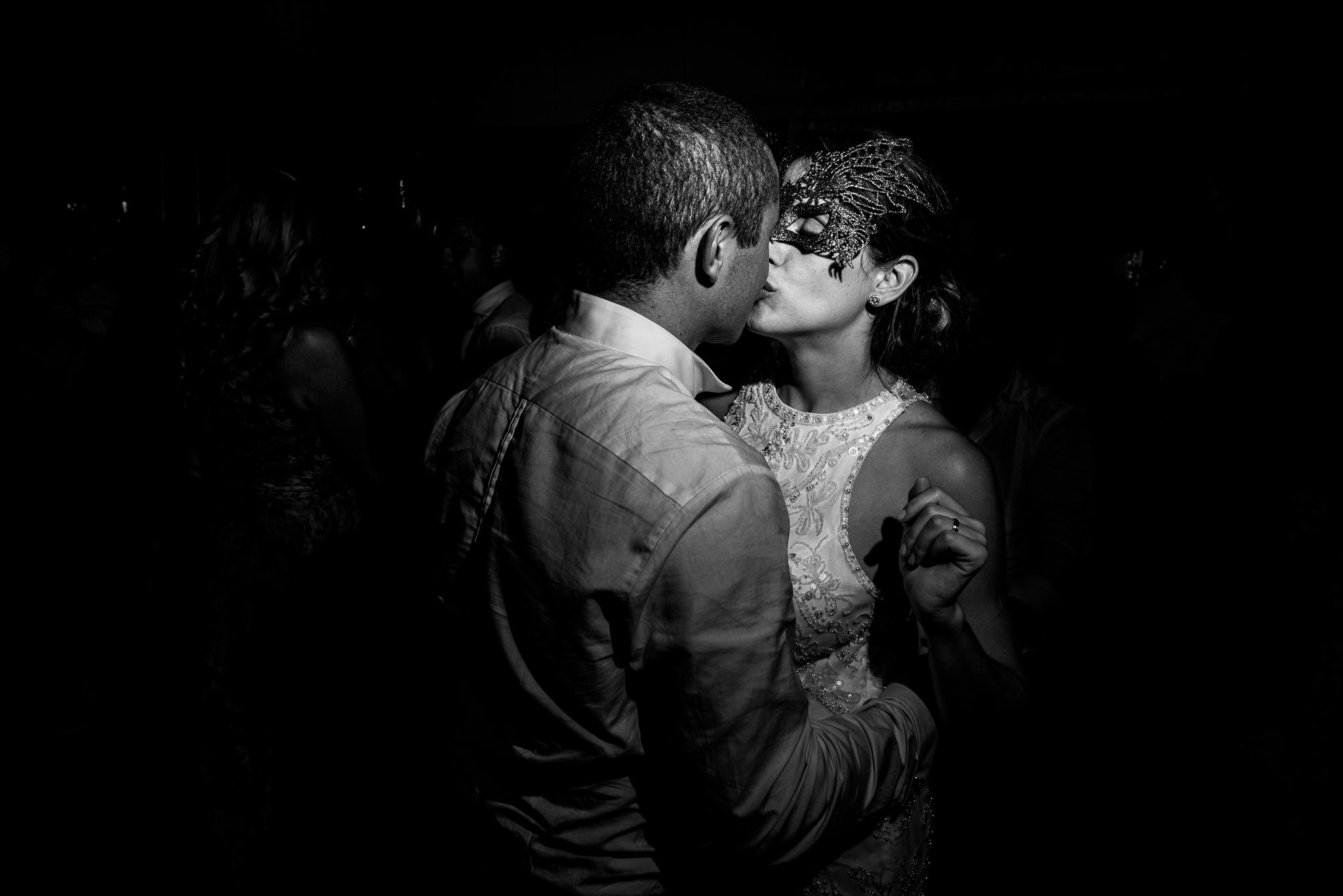 boda-bariloche-maxi-oviedo-fotografo-ramo-vestido-de-novia-72.jpg