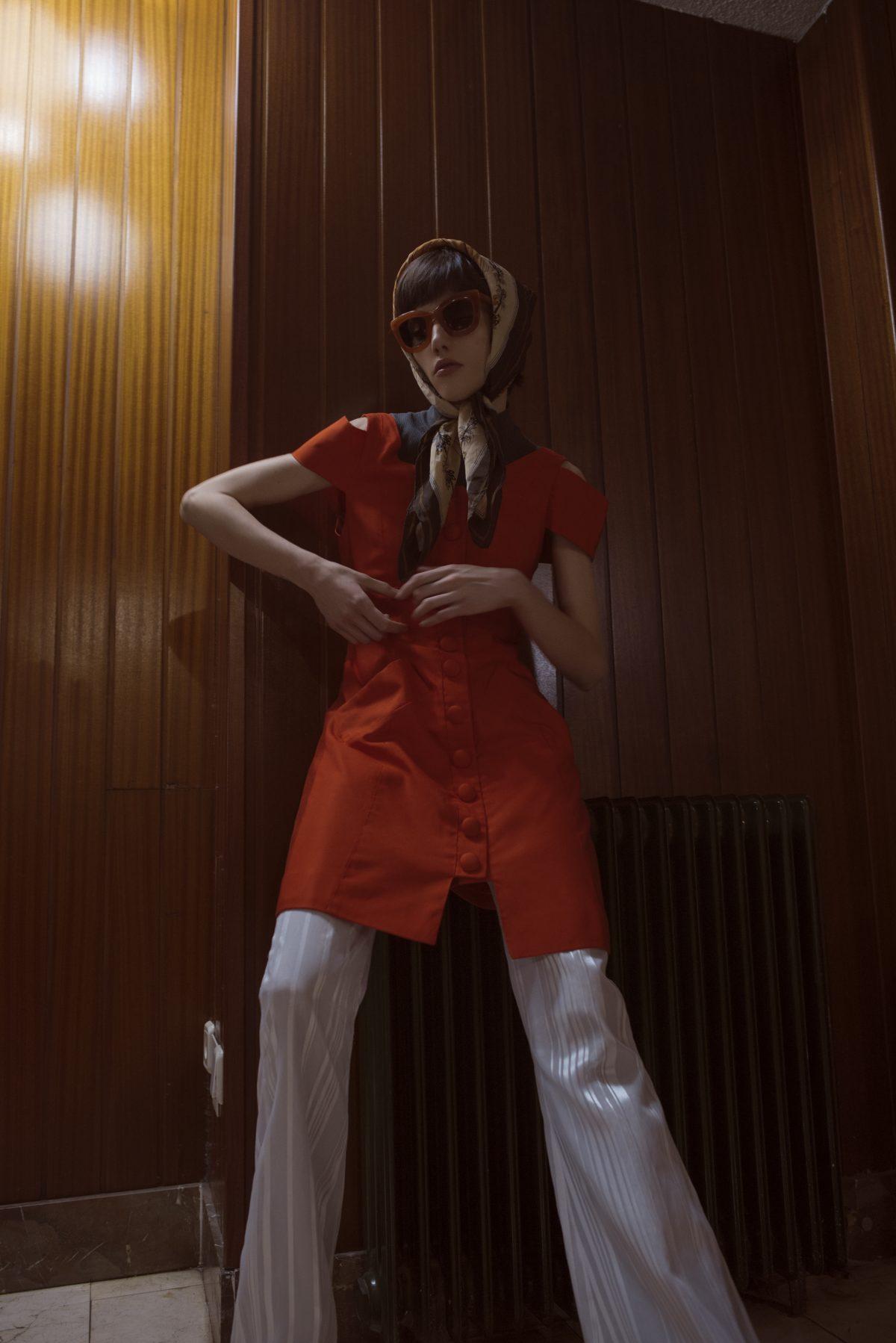 Wearing SUNGLASSES model STARI CARAMEL