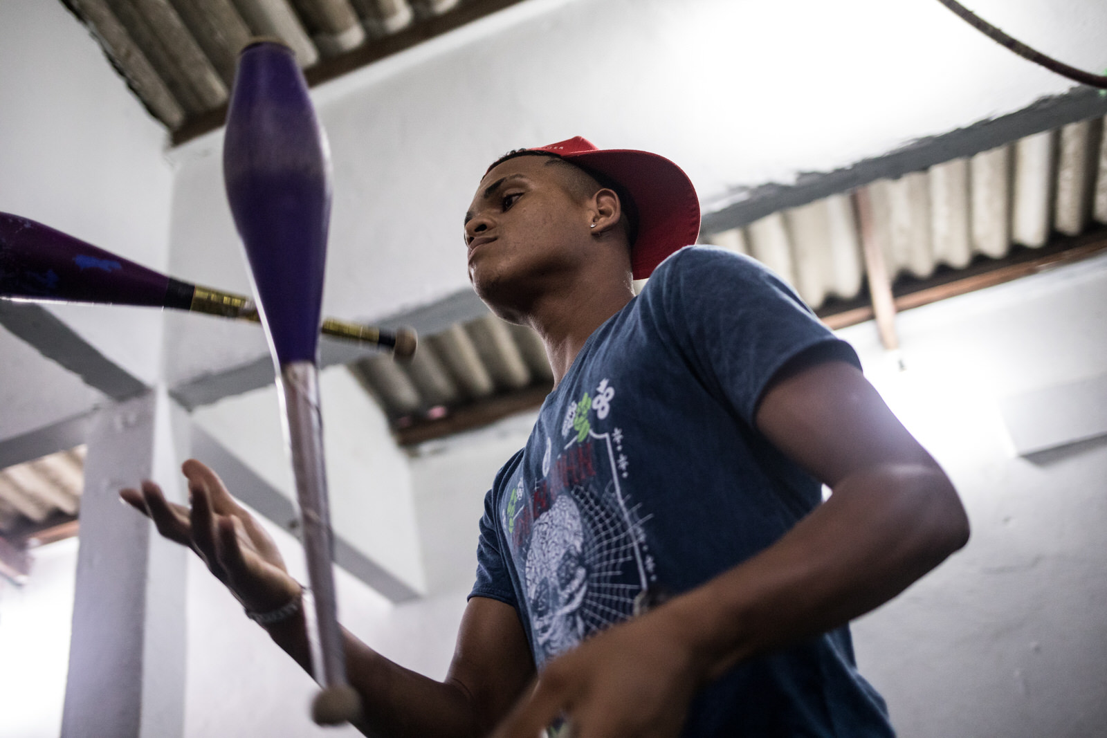 The centre teaches children and youth activities such as music, art, boxing, capoeira, juggling and dance as a way to encourage school attendance and keep young people away from engaging in street crime.
