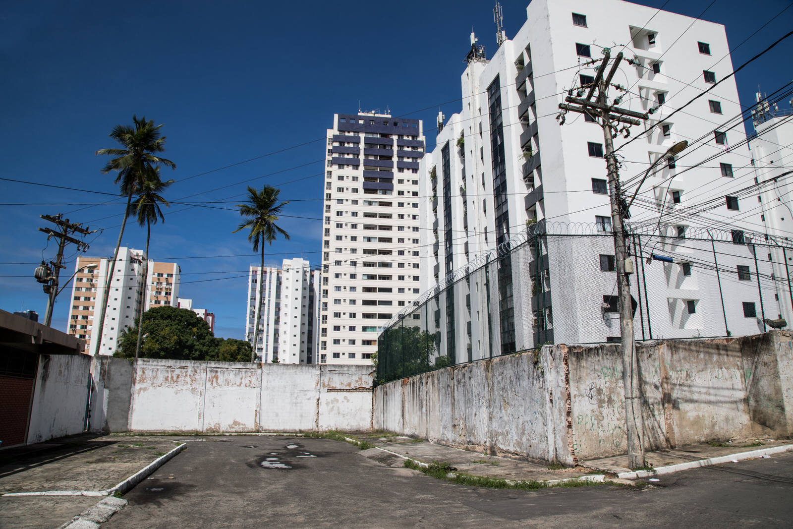 Nordeste de Amarelina is surrounded by high-income districts. Many luxury apartment blocks line the ocean front, and are separated from Nordeste de Amarelina by a wall and protected by razor wire.