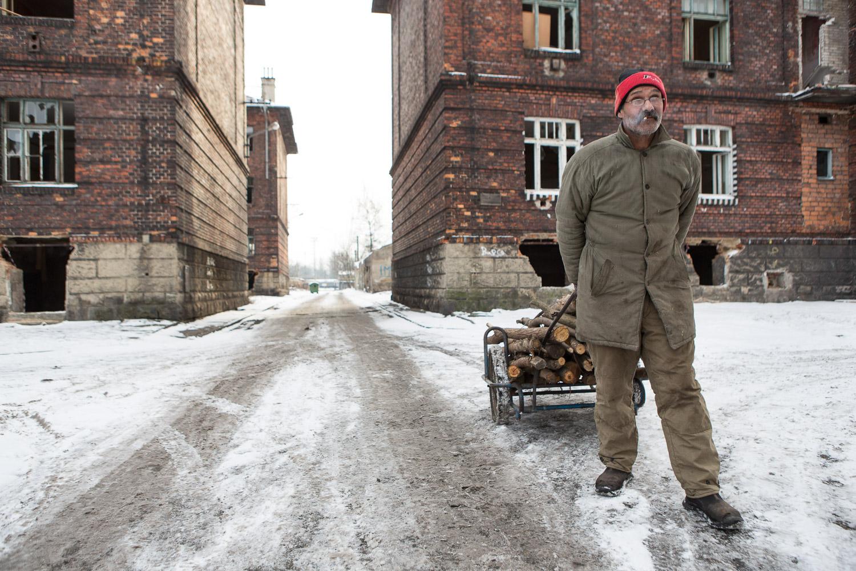 M. Kaleja, père de famille, revient de la corvée de bois. Prélevé dans la forêt, le bois est indispensable pour cuisiner et se chauffer.