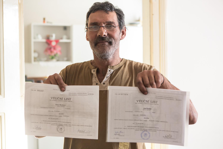 M. Kaleja arbore les diplômes de ses deux aînés : son fils, en peinture de bâtiment ; sa fille, en boulangerie. Aucun des deux n'a trouvé d'emploi pour le moment. Le taux de chômage est estimé à 80 % dans le quartier.