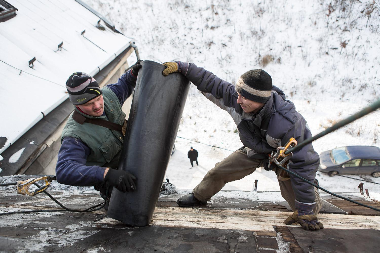 À l'approche de l'hiver, le renforcement du toit a été l'une des priorités. Ces travaux sont pris en charge par une société spécialisée, rémunérée par l'ONG Life Together, elle-même financée par un philanthrope américain.