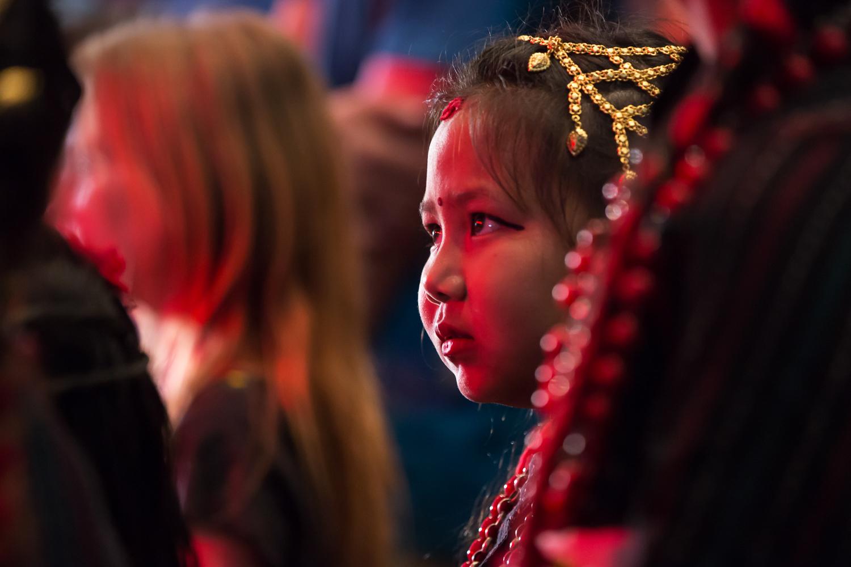 Jeune fille en costume traditionnel à la convention de tatouage de Katmandou, la veille du séisme.