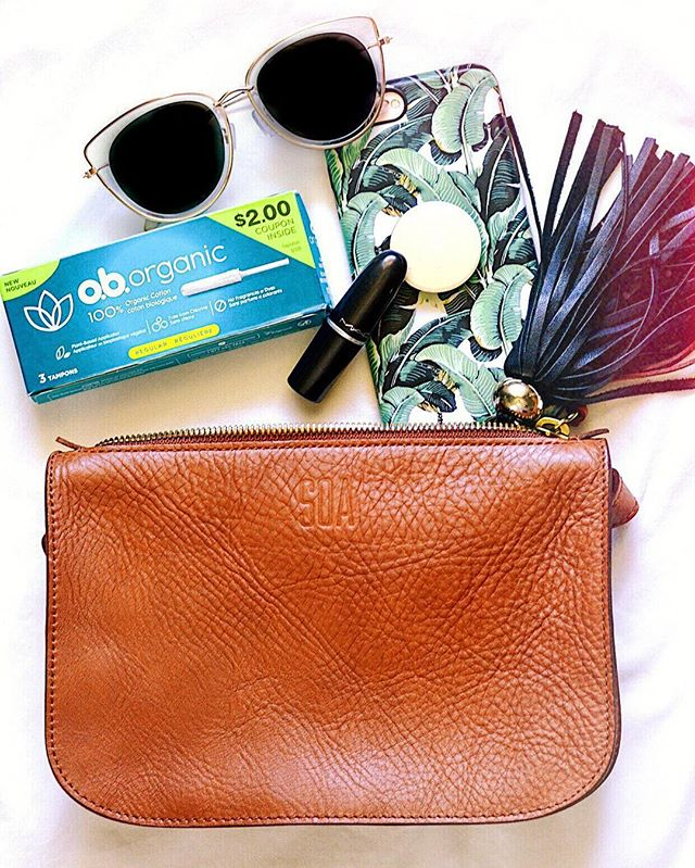 As someone who loves purses and is always changing which one I have for the day, I make sure I have my go-to items in each bag! This includes sunglasses, lipstick, my keys, wallet, hair accessories, and now @ob_tampons! • Just in time for Earth Day @ob_tampons has a NEW sustainable, organic option made with 100% organic cotton and a plant-based applicator 🌿 • #sponsored #originalbadass #obtampons #earthday2019 #segilolaileke