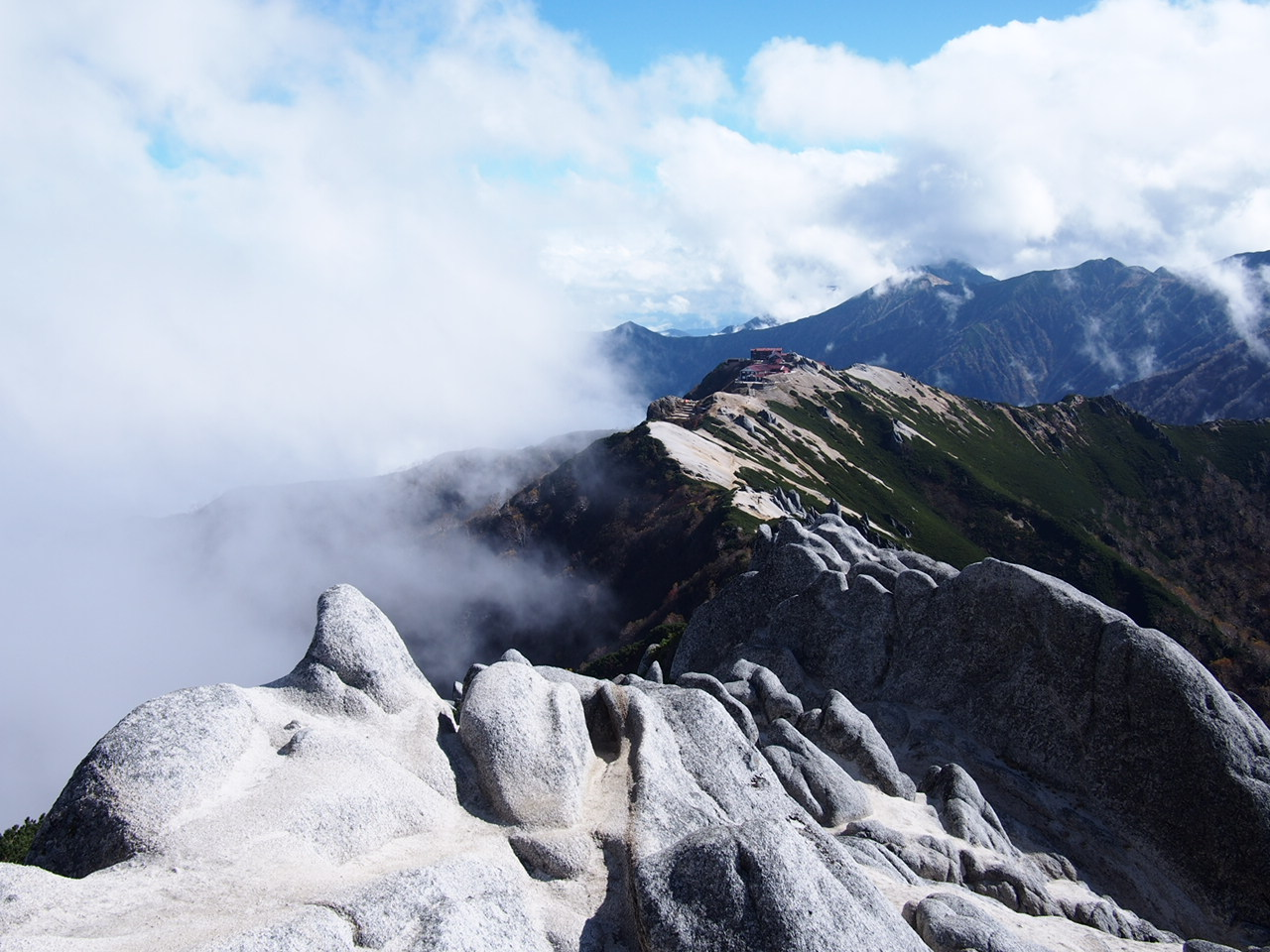 Enzanso as seen from the summit of Mt.Tsubakurodake - Copyright: Life-Sparring.com