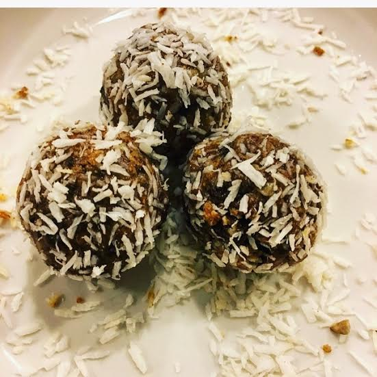 Almond butter bliss balls with maca powder by IIN health coach, life coach, wellness expert Andrea Rennie of GROW in ithaca, NY. Recipes for a broken heart, adrenal support, adrenal fatigue, latte.