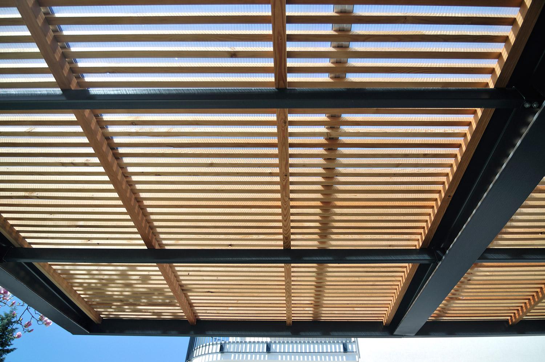 Lahek lesen nadstrešek z jekleno konstrukcijo