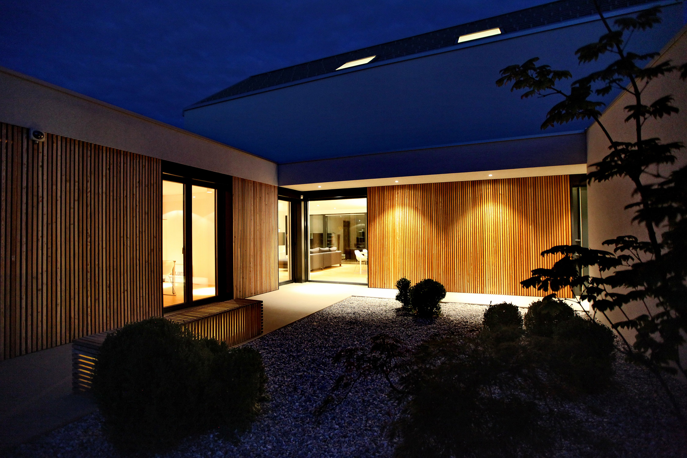 Nočna osvetlitev atrija aktivne hiše Lumar