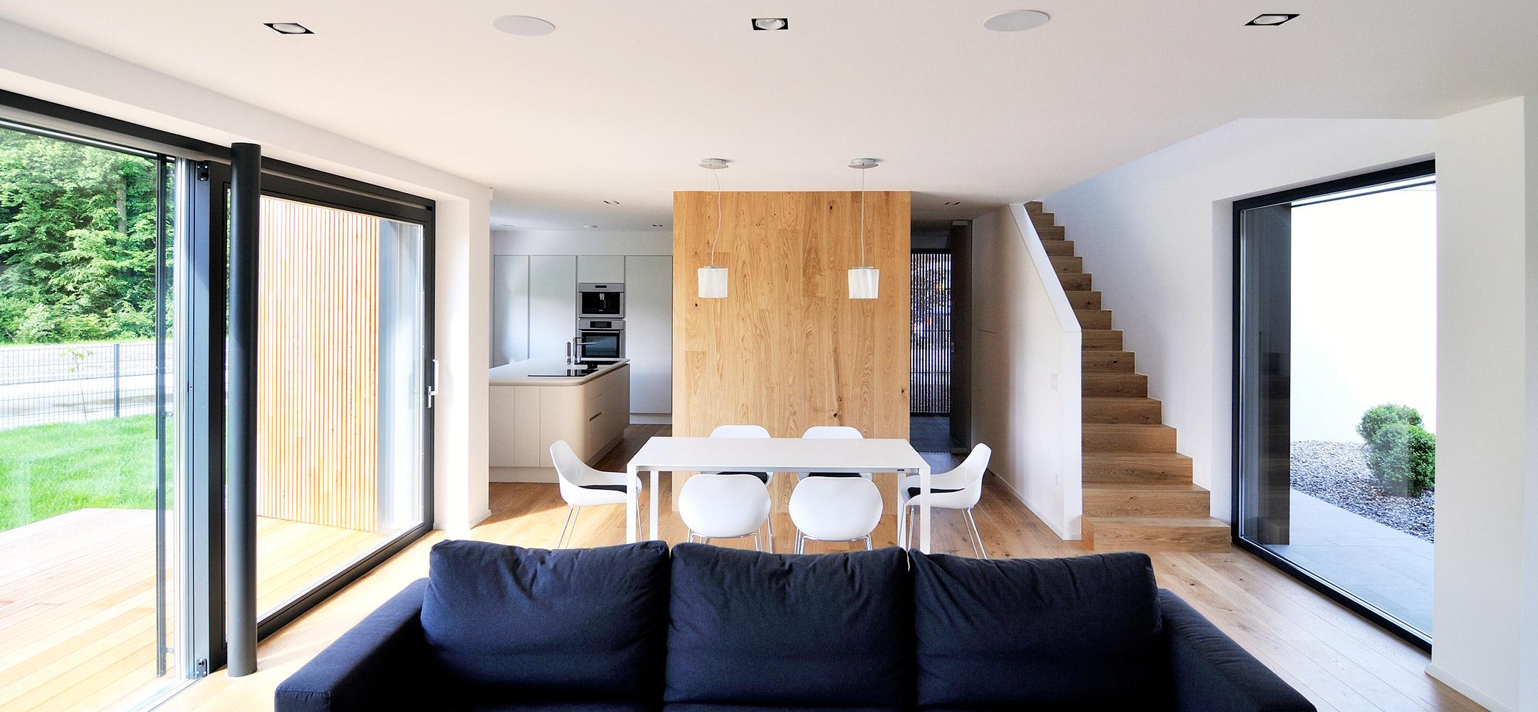Bivalni prostor aktivne hiše: orientacija vzhod - zahod
