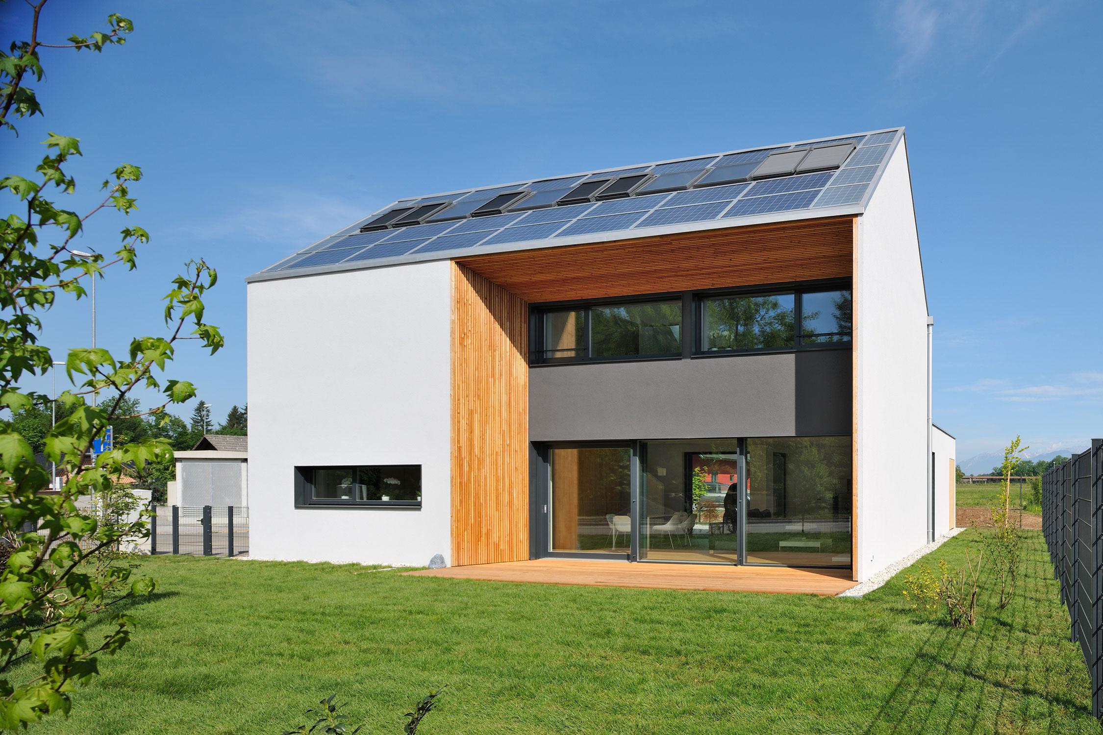 Steklene površine na južni strani objekta in fotovoltaična elektrarna na strehi.