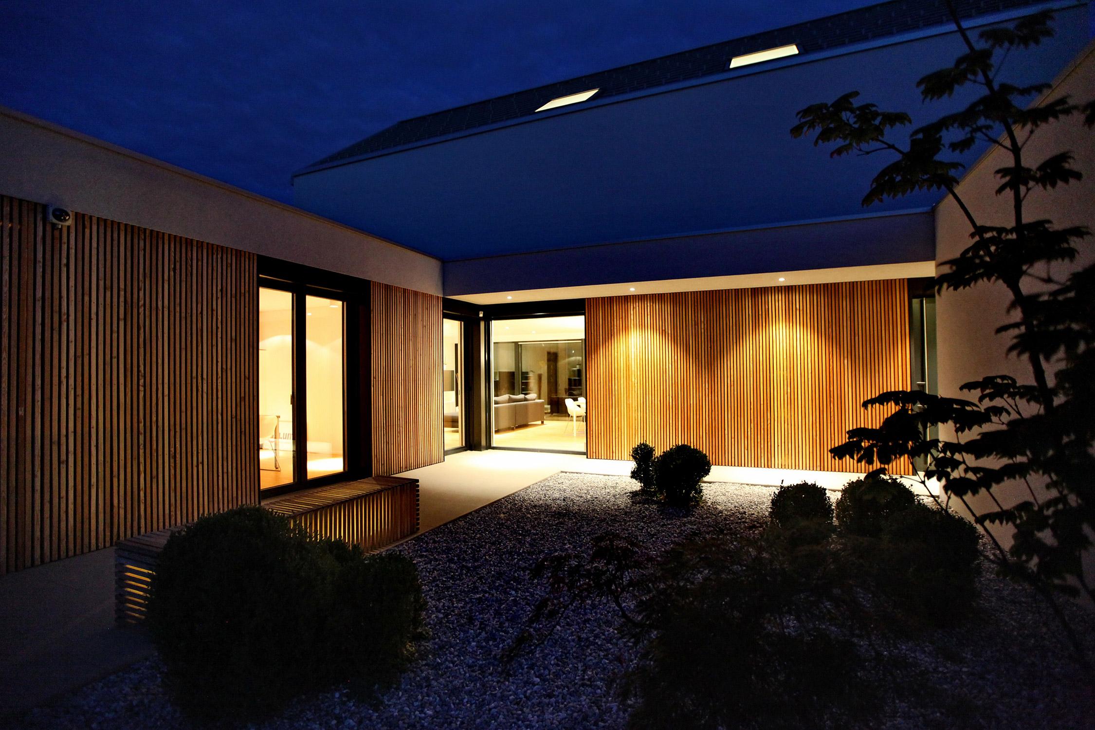 Aktivna hiša - razsvetljen zahodni atrij.