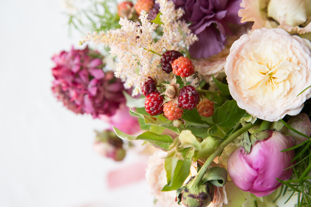 Light Infused Cottage Garden Style Wedding | Airy, feathery, secret garden, berry, rose, pink, caramel, brown, antique style bouquets, flowers, fine art | Loveshyla.com