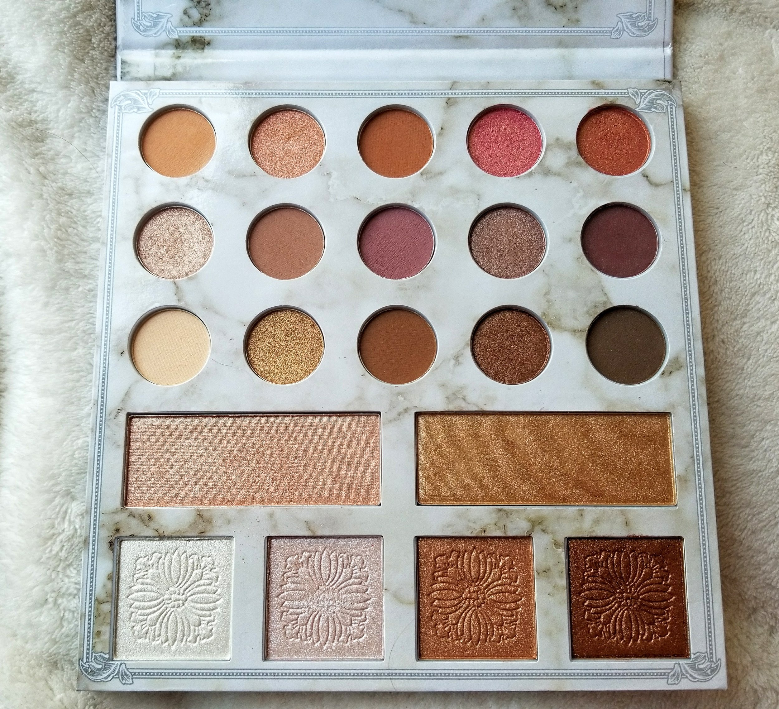 A look on Carly Bybel new eyeshadow and highlighter palette.