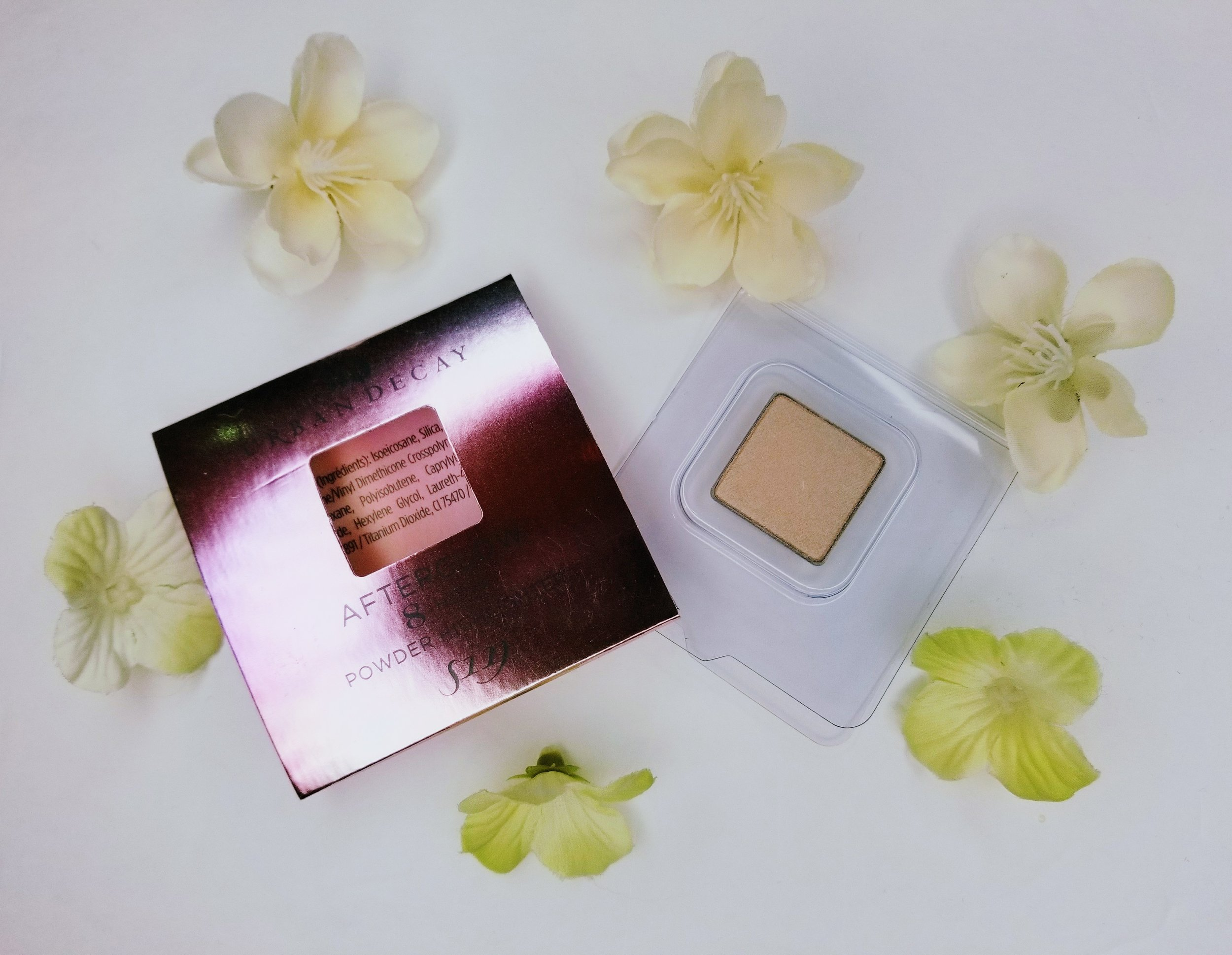 A photo of Urban Decay highlighter in golden shade.