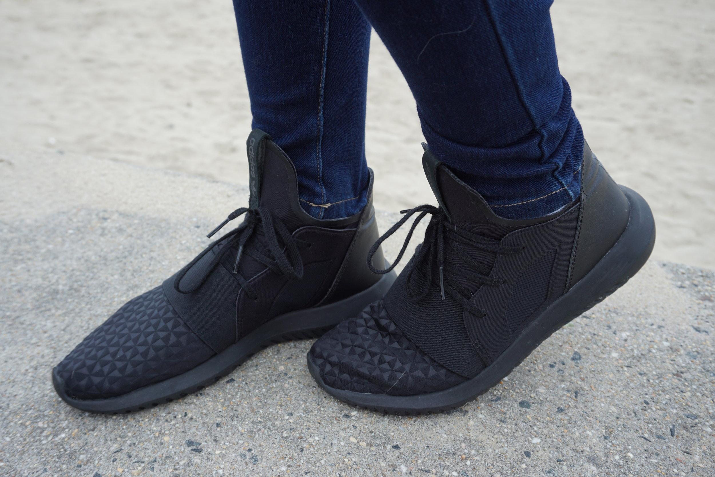 Adidas black sneakers: wardrobe essentials.